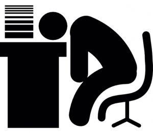homem-dormindo-em-uma-mesa-de-escritorio-com-papeis-empilhados_318-29138
